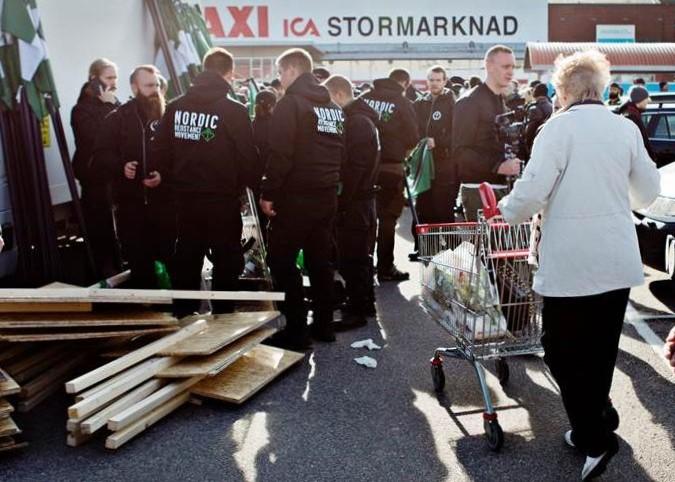 rassegna stampa svedese assosvezia signora con carrello proteste manifestazione nmr